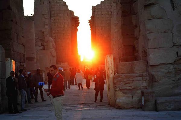 محافظة الأقصر تحتفل بتعامد الشمس على معبد الكرنك وآلاف السياح يشهدون هذه الظاهرة الفريدة