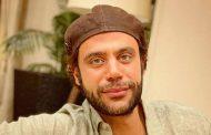 الفنان محمد امام يستعيد ذكريات طفولته بصورة تجمعه بوالده الزعيم