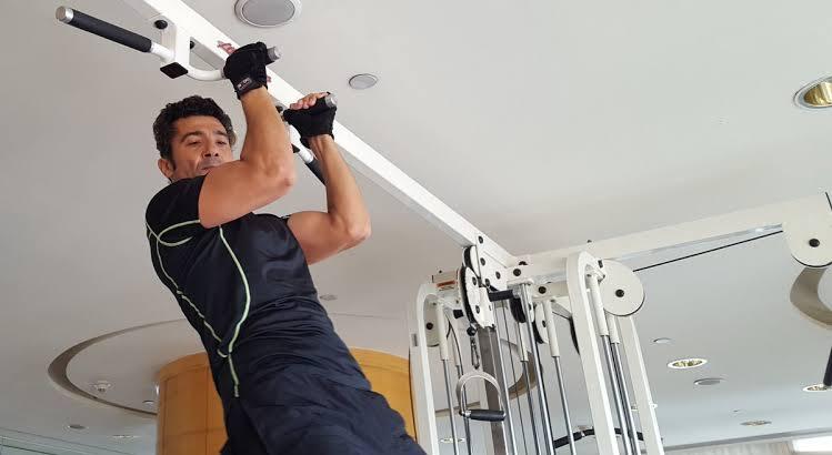 خالد النبوي يمارس التمارين الرياضية
