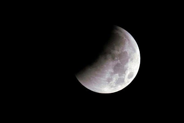 الكرة الأرضية تشهد خسوف شبه ظلى للقمر غدا