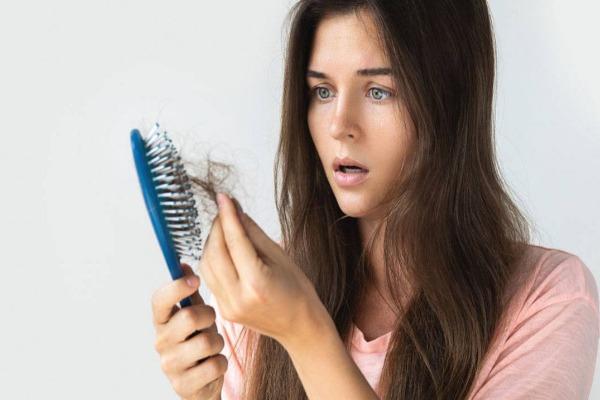 هل يسبب كورونا تساقط الشعر ؟ .. طبيب يوضح
