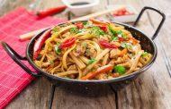نودلز بالصويا صوص والخضار من المطبخ الاسيوي