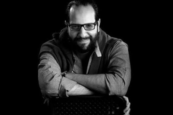 أحمد أمين بصحبة كلبين فى صورة جديدة