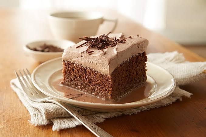 كيك الشوكولاتة بالكريمة الهشة وطريقة تحضيرها