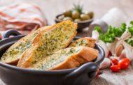 الخبز الفرنسي بالثوم والجبن بطريقة سهلة
