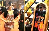 من أمام المراية الساحرة الخاصة ببيچو على السجادة الحمراء في ختام مهرجان القاهرة السينمائي في دورته ال42 بدار الأوبرا المصرية