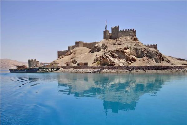 وزارة السياحة والآثار تنير قلعة صلاح الدين بجزيرة فرعون في طابا