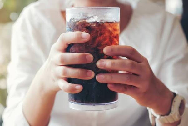 أهم الأضرار في تناول المشروبات الغازية على الأطفال