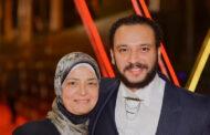 أحمد خالد صالح يحمل نعش والدته ويتلقى عزاء النجوم