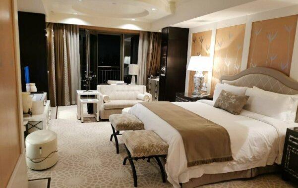 غرفة ديلوكس بفندق سانت رچيز .. سعر الليلة تبدأ من ٣٧٠٠ إلي ٤٥٠٠ جنيه