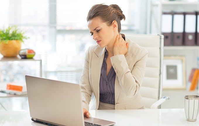 متلازمة الرقبة النصية بسبب الكمبيوتر .. العلاج