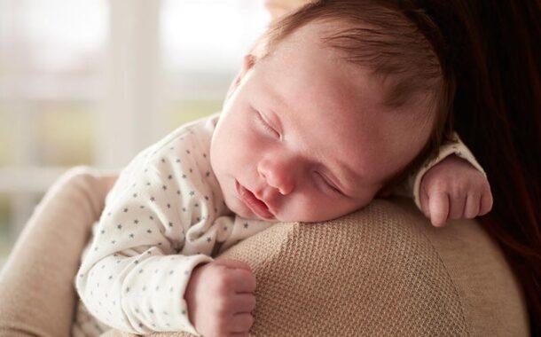 تعلق الطفل بالأم عند النوم ...