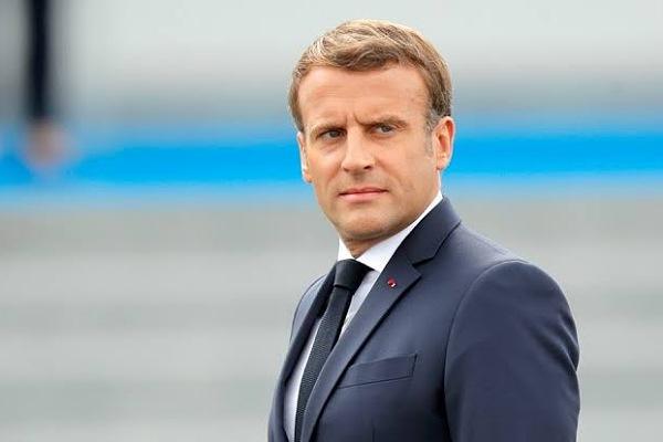 لحظة صفع الرئيس الفرنسي إيمانويل ماكرون من قبل رجل في مكان عام