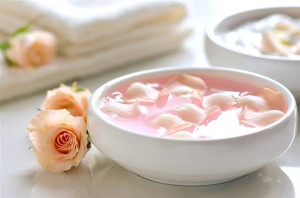 فوائد ماسك ماء الورد والنشا علي البشرة ..تعرف عليها