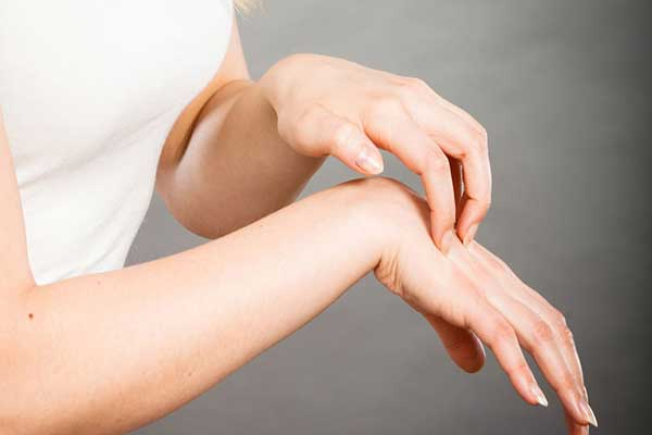 أعراض النوبة القلبية على الجلد .. 3 علامات لا تتجاهلها