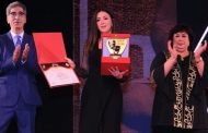 دنيا سمير غانم تبكي خلال استلام تكريم والديها على المسرح القومي