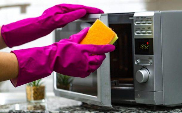 حيل سهلة وبسيطة لتنظيف الميكرويف
